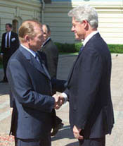President Kuchma welcomes President Clinton to the Presidential Palace in Kiev.