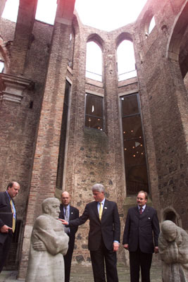 The President admires a statue inside the ruins of the Gürzenich, a 15th-century Gothic town hall destroyed during WWII and rebuilt as a cultural center.