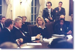 The President and Sandra Thurman meet with members of the Presidential Advisory Council on HIV and AIDS (12/18/98)