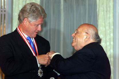 President Demirel presents President Clinton with the Turkish State Award in a ceremony at the Presidential Palace