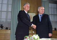 President Clinton and Taoiseach (the Irish Prime Minister) Bertie Ahern begin the bilateral meeting at the Government Building in Dublin, Ireland